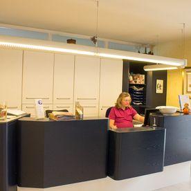 einblicke-rezeption-eingangsbereich-zahnarztpraxis-dr-krger